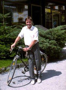 Ein Jahr nach seiner Angelobung im Jahr 1980: Nindl bei einem seiner Hobbies dem Radfahren. ©Archiv Neukirchen